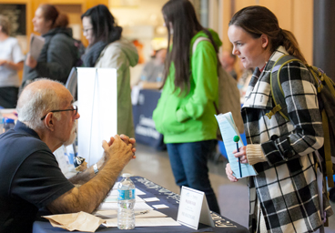 Majors Fair 2016 Student speaks with guest